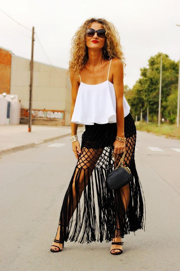 4a7a8f3d3 La falda larga con flecos y transparencias es ideal para darle al ...